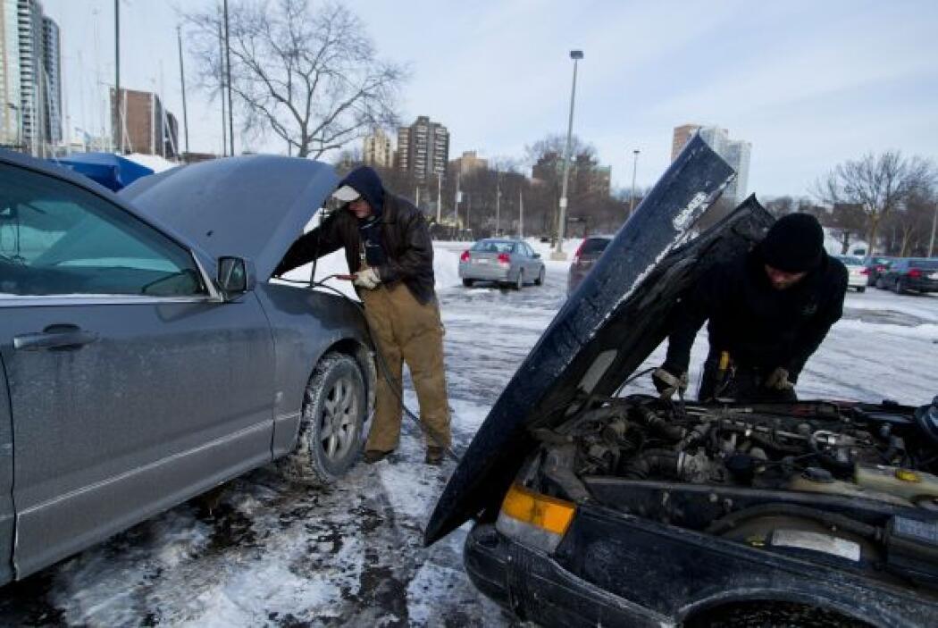 Tavis Olesak ayuda a Dan Coullard a hacer que su vehículo arranque, en m...