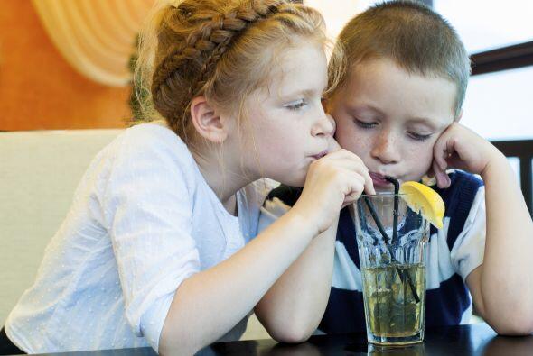 Para darte cuenta de que tu hijo está deshidratado puedes darle u...