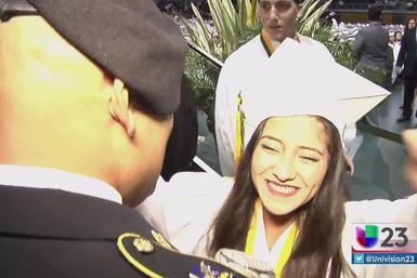 Padre militar sorprende a su hija en la graduación