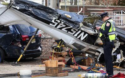 Piloto sale con vida después de que su avioneta cayera en picado sobre u...