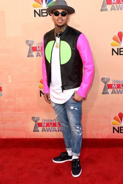 Chris Brown no pudo pasar por desapercibido con esta chaqueta en colores...