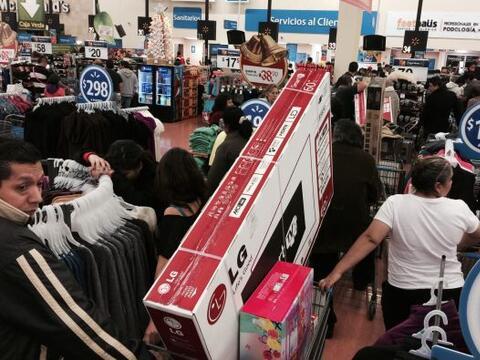 Desde primera hora, miles de consumidores acudieron a los diferentes cen...