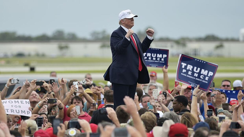 Trump durante su mitin este miércoles en el aeropuerto regional Lakeland...