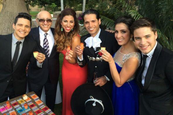 Listos para el brindis con el equipo Univision. De izquierda a derecha A...
