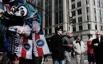 Un vendedor de banderas de Donald Trump en el centro de Washington DC.