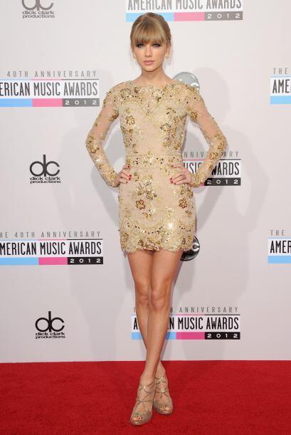 Un mini vestido ceñido con bordados ¡jamás pasa desa...