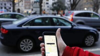 Un cliente pide un UBER desde la aplicación en su teléfono...