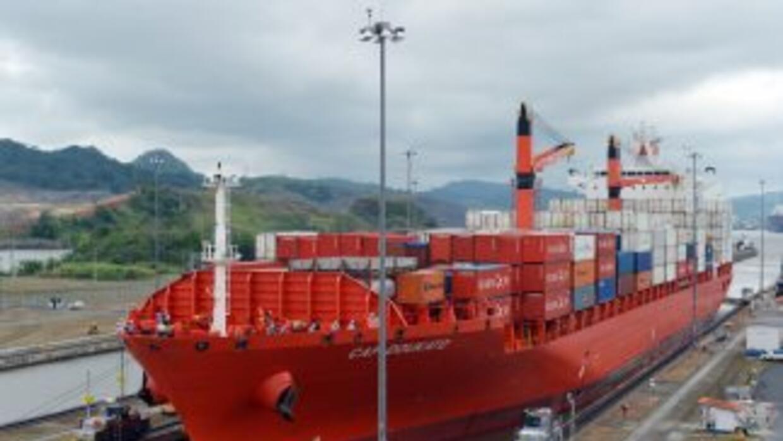 Un barco de carga se prepara para cruzar el canal de Panamá. (Imagen de...