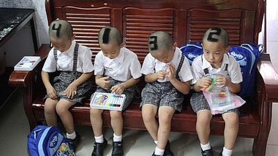 Padres raparon con números a sus cuatrillizos para que los maestros y am...