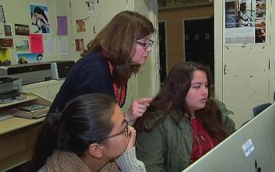 Maestra hispana cuenta como sus padres la inspiraron a ser educadora