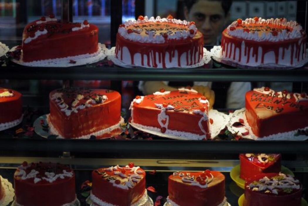 Desde pasteles hasta flores, los habitantes de Palestina buscan cualquie...
