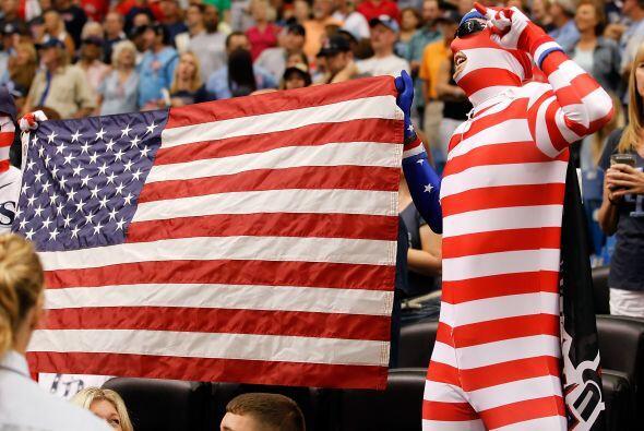 Miles de banderas decoraron las tribunas.