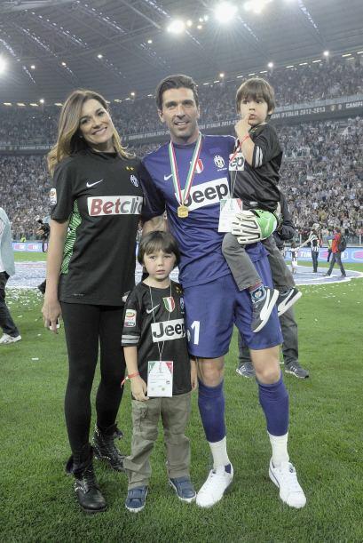 Otro histórico, Gianluigi Buffon y su no menos faosa esposa Alena Seredo...