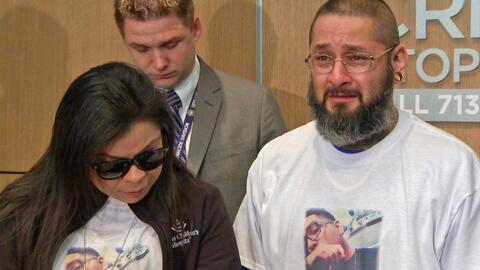 Los afligidos padres de Javier Flores, el joven que murió baleado...