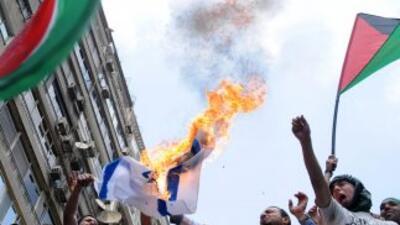 Los violentos choques entre soldados y manifestantes dejaron al menos do...