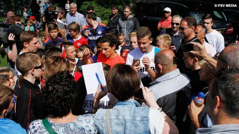 Andrés Guardado a su llegada al campo de entrenamiento en Eidhoven.