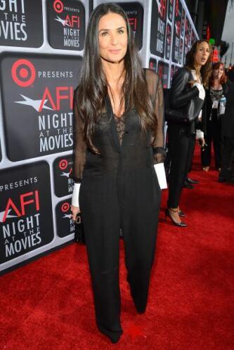 El 'jumper' de Demi Moore llevaba la moda lo más discreta posible con ta...