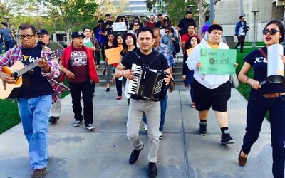 Los Jornaleros del Norte cantan por la liberación de una inmigran...