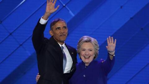 Hilary Clinton entra para agredecer el discurso de Obama