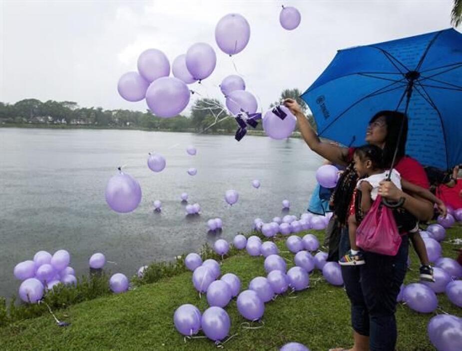 Los globos simbolizaban las oraciones por los 239 pasajeros del vuelo pe...