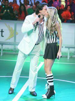 Un beso hace a Jorge motivarse para la labor de conducir este show.