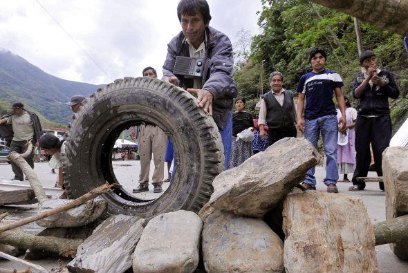Los productores de coca de los Yungas, cerca de La Paz, continúan ocupan...