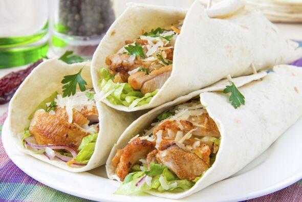 Wraps de pollo. Ármalos con tortillas. WebMD sugiere enrollarlos con que...