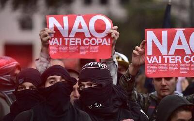 Enfrentamientos entre la policía y civiles en Brasil previo al Mundial 2014