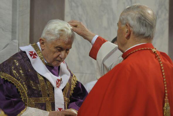 El Papa Benedicto XVI recibió la ceniza en la frente de manos de un card...