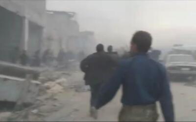 Un reportero sirio muestra la caótica evacuación de Alepo entre tiroteos...