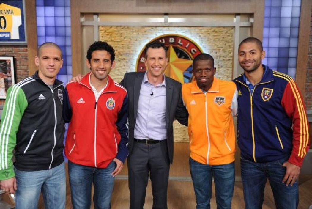 Aquí entre futbolistas con Félix Fernández.