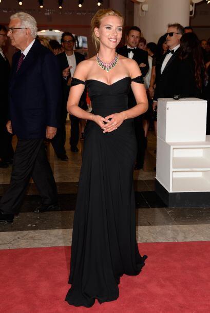 La recién comprometida, Scarlett Johansson impactó con su...