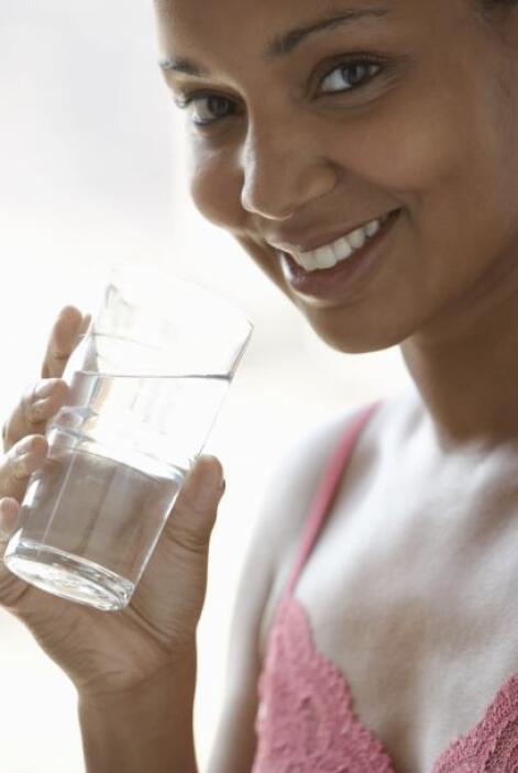 Luego en ayunas, lo primero que se hace es beber lentamente el agua. Se...