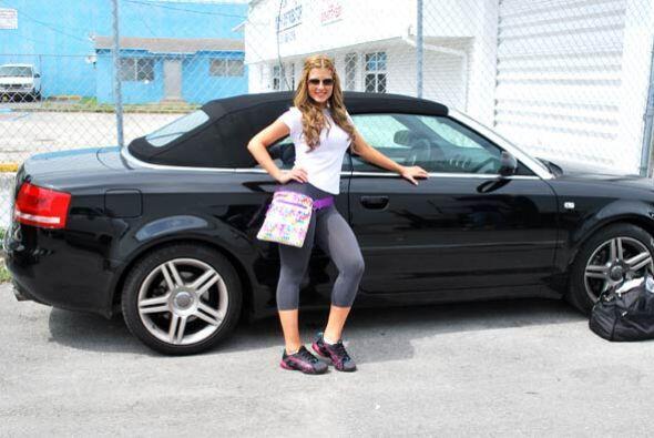 A la guapa Lisandra le gustó mucho este auto y quiere tener uno i...