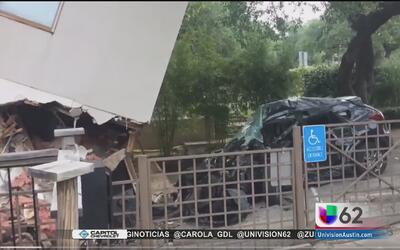 Hombre se recupera tras chocar su vehículo contra un complejo de apartam...