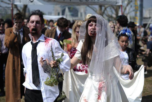 Y nada más 'ad hoc' para este Halloween que una boda zombi. A esta parej...