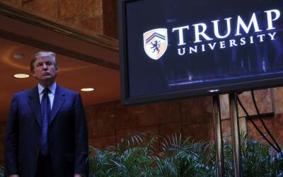 """Donald Trump durante un evento de promoción de su """"universidad"""" en el 2015."""