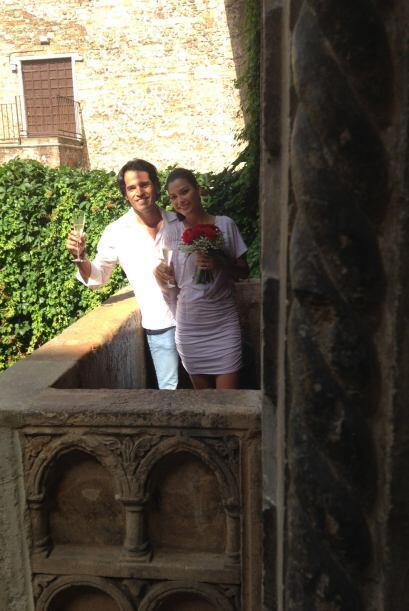El romántico momento quedó plasmado en las fotos de la gente que les rod...