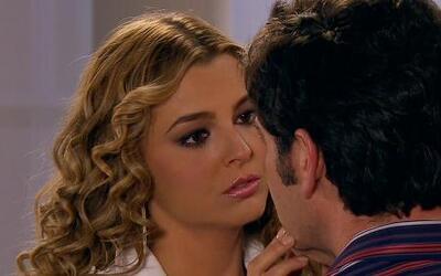 Kendra entretiene a Nelson con sus encantos mientras Arriaga y Victoria...