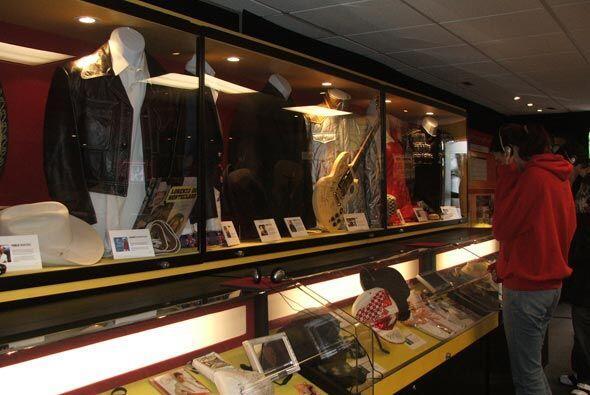 El museo rodante del Latin GRAMMY fue un atractivo del Latin GRAMMY Stre...
