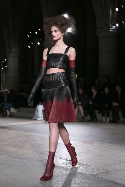 Los detalles de cuero en la falda y  el 'crop top' lucen muy atrevidos y...