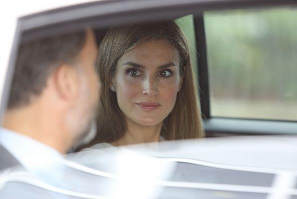 Letizia Ortiz Rocasolano y Felipe de Borbón, en el vehículo diplomático...