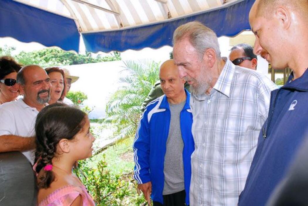 Una pequeña se acercó a Fidel Castro para saludarlo.