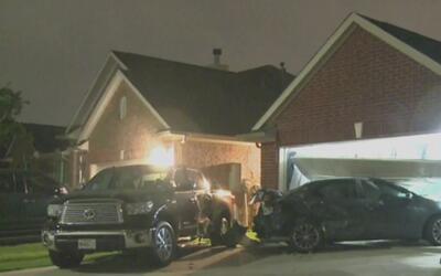 Conductor terminó estrellando su vehículo contra una vivienda en Pasadena