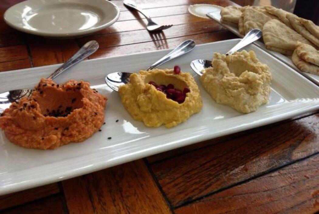 Trío de hummus. Un puré de garbanza con distintos colores.