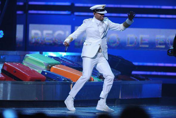 Así, vestido de capitán, lo vimos bailar.
