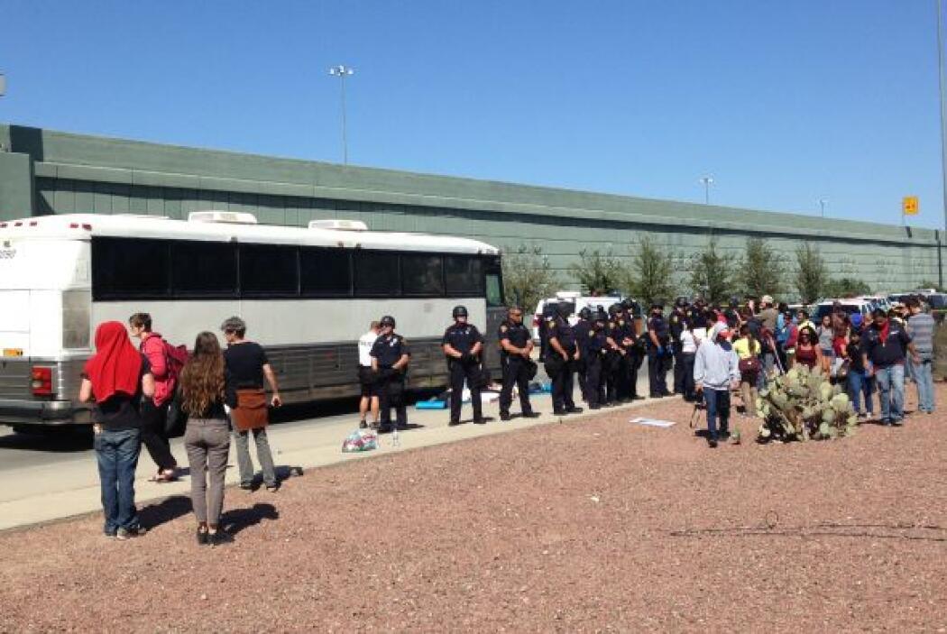 Los vehículos llevaban a inmigrantes detenidos durante las últimas horas...