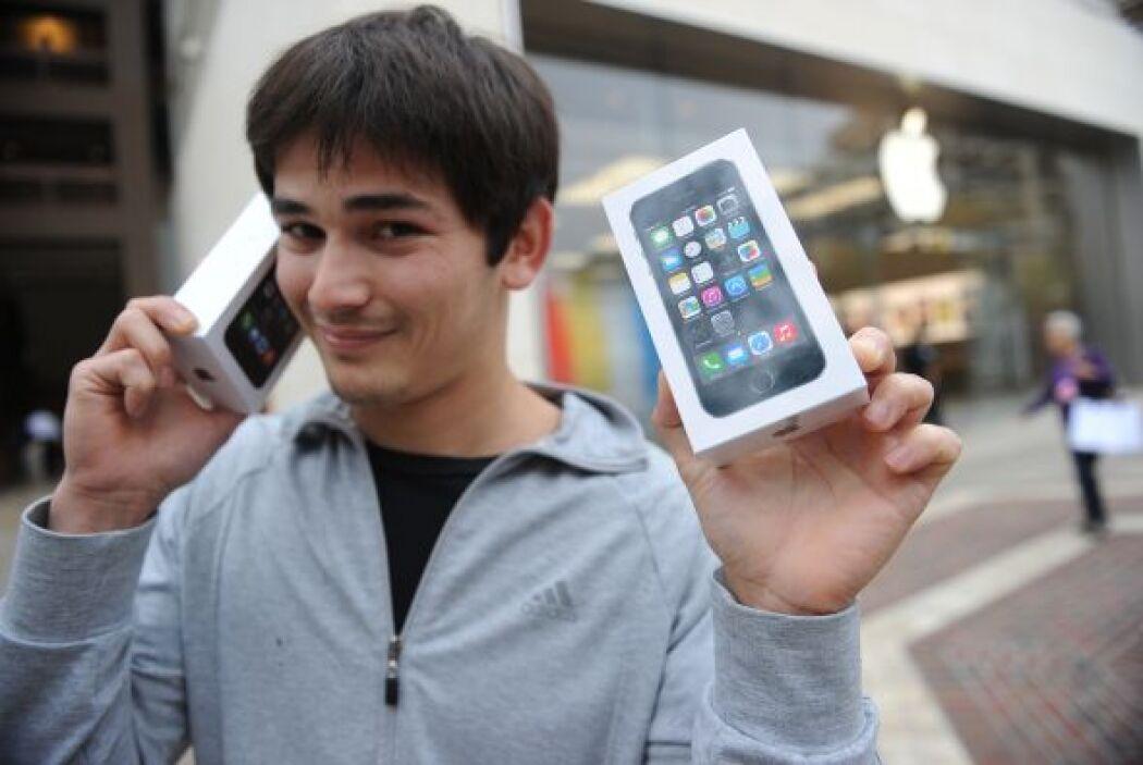 Y sigue la euforia por el iPhone. Aquí, Kerim Muhammet posa con sus dos...