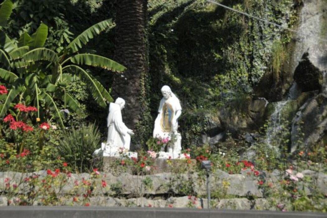 Estas esculturas están justo al lado de las escalinatas que llevan a la...