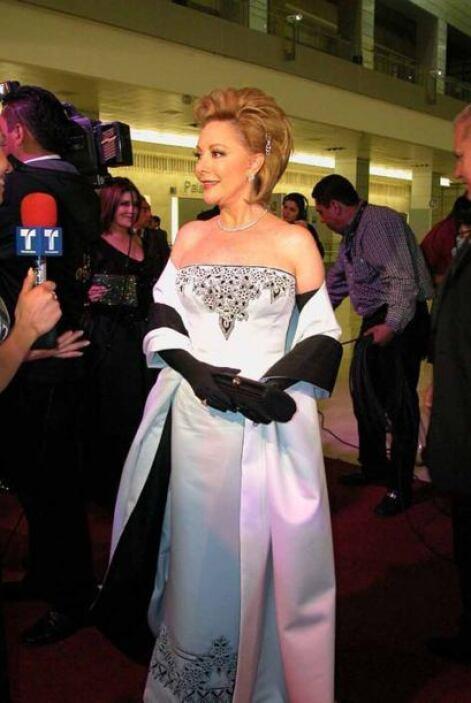 Jacqueline Andere es siempre muestra de elegancia. Aquí vemos que supo c...